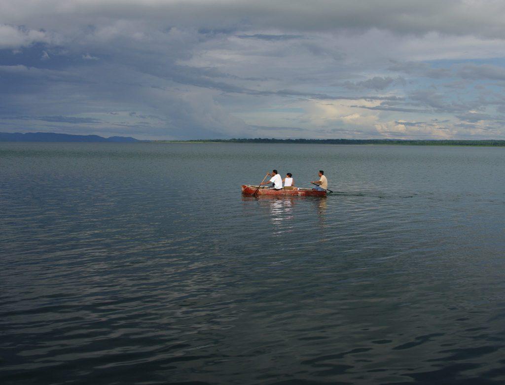 Einheimische in tradionellem Einbaum - Lago Peten - Guatemala