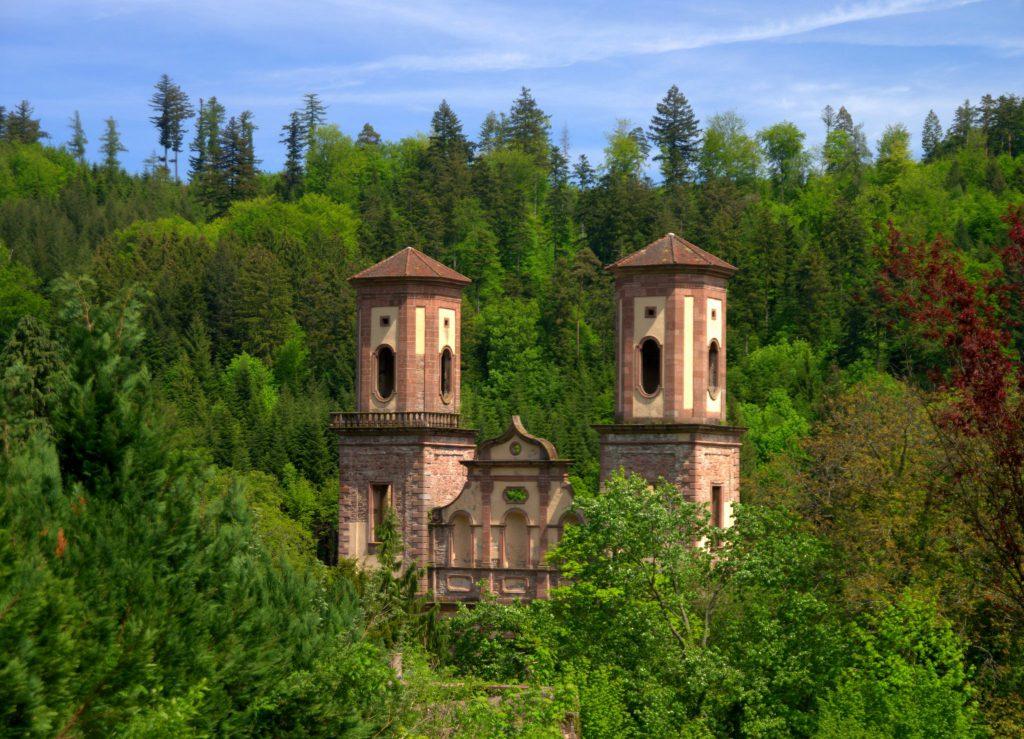 Die Türme der Ruine erheben sich über die umliegende Vegetation  - Frauenalb - Schwarzwald