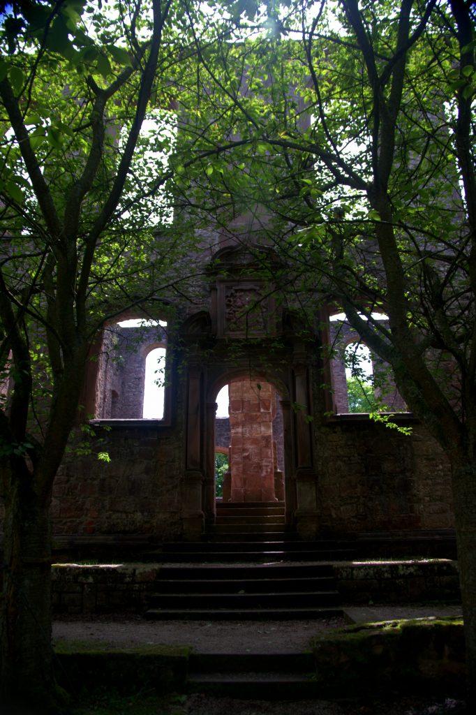 Seitlicher Eingang zwischen Bäumen - Frauenalb - Schwarzwald