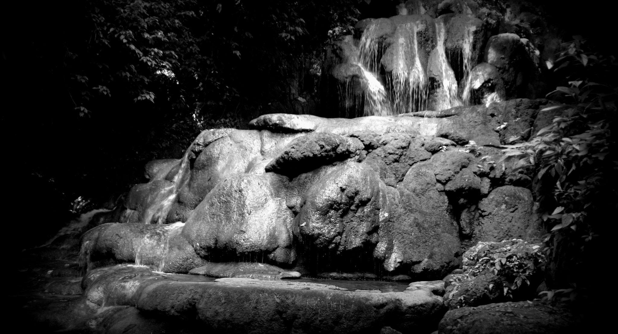 Ein Wasserfall mit vom Wasser sanft abgerundeten Felsen in Palenque, Chiapas, Mexiko