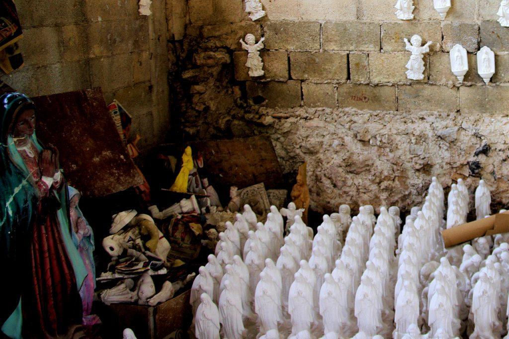 Heiligenfiguren - überwiegend die Jungfrau von Guadalupe