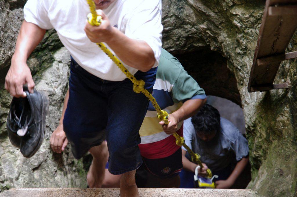 Steiler Abstieg in den Untergrund - Cenote Tza Ujun Kat - Homun