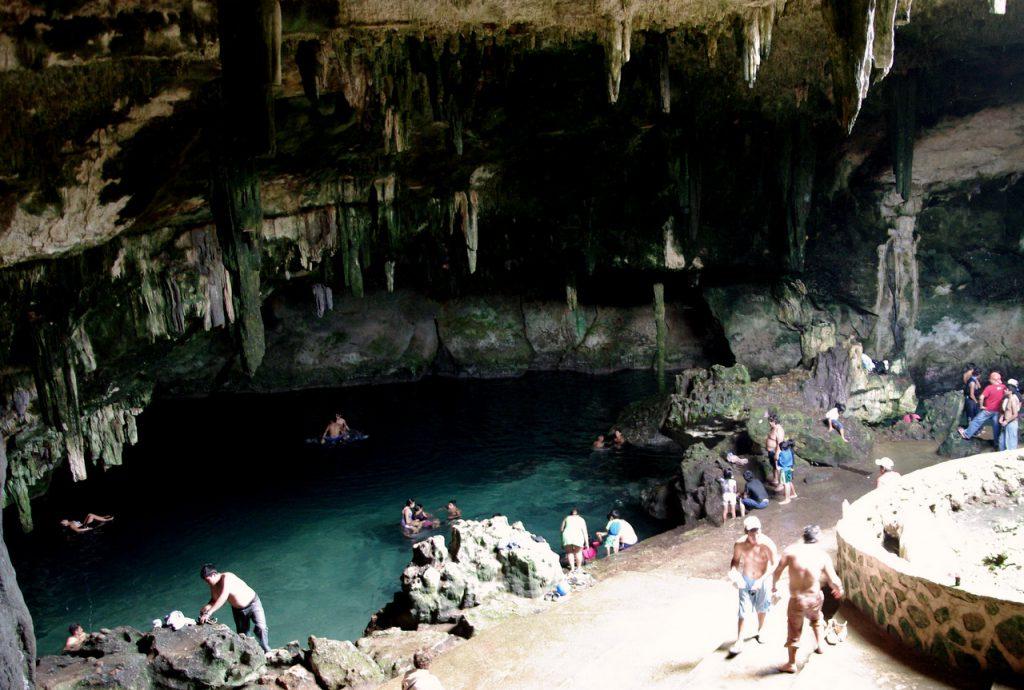 Ein natürliches Hallenbad mit erfrischend kühlem Wasser - Cenote Tza Ujun Kat - Homun