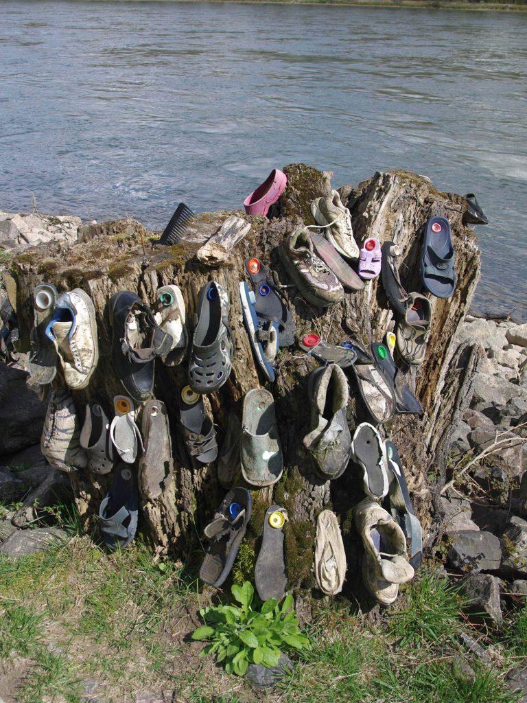 Einzelschuhe am Rhein