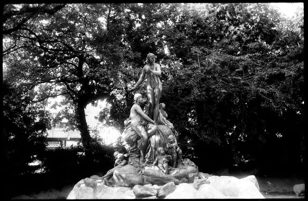 Figurengruppe im Nymphengarten - Zeiss Ikon Ercona - Fomapan 200 - mit Gimp bearbeitet