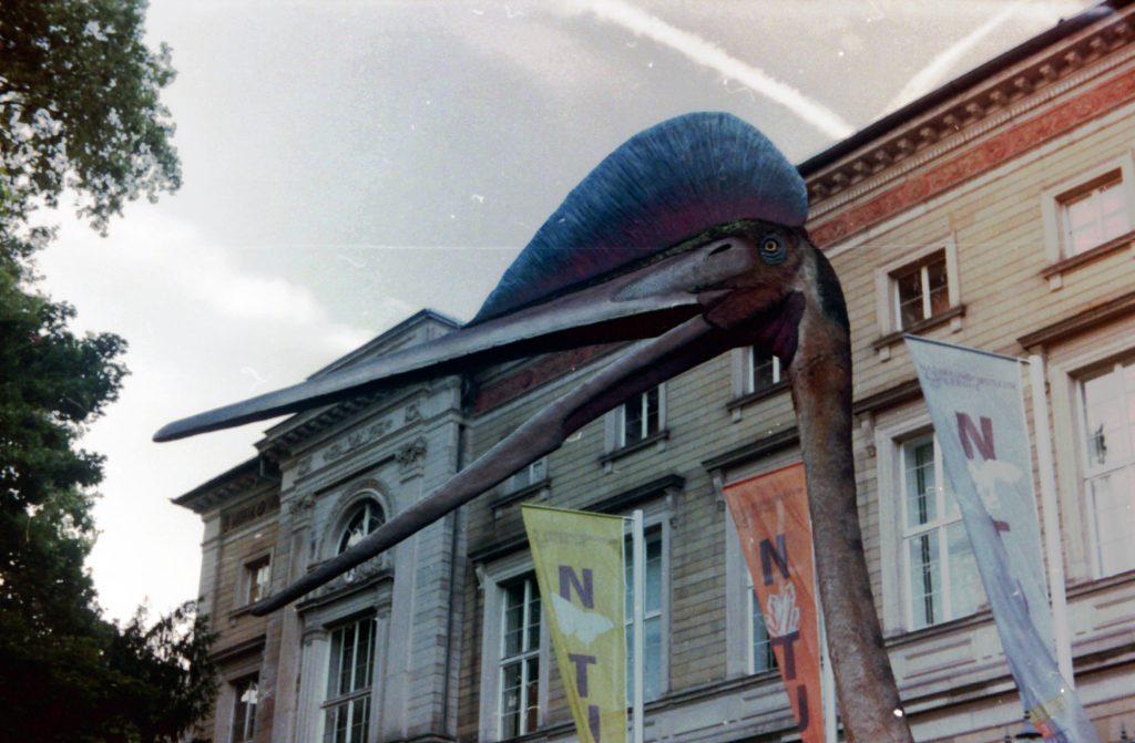 Dino vor dem Naturkundemuseum - Akarette II und Fujicolor Superia 200