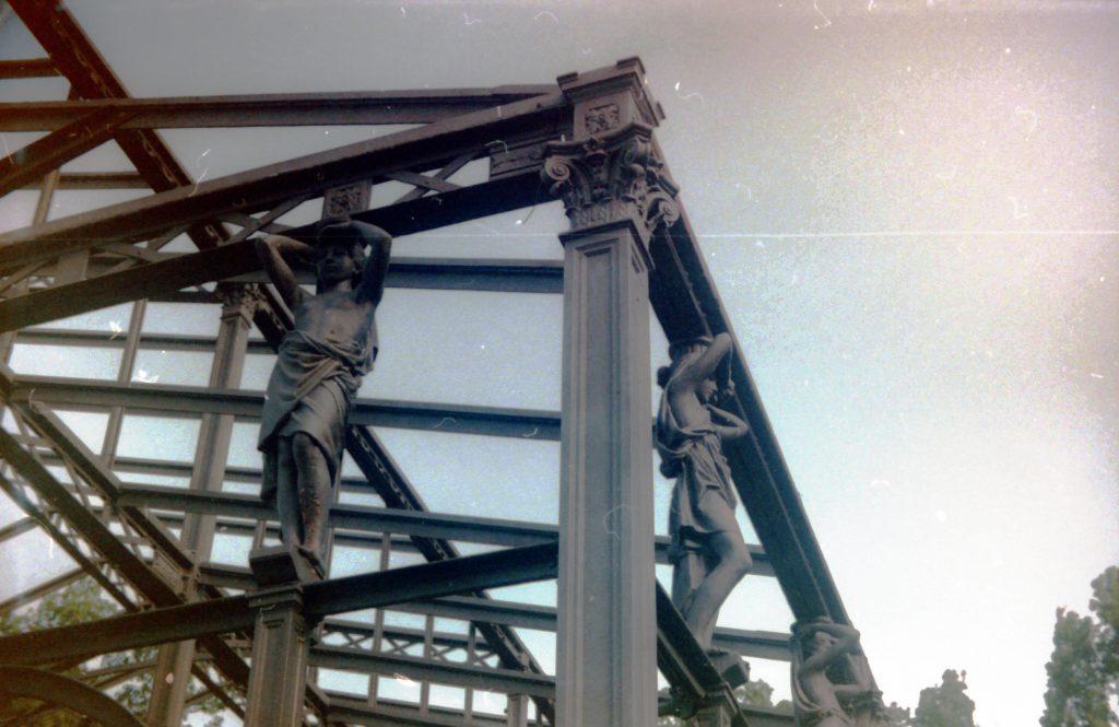 Figuren an einer Stahlträgerkonstruktion im botanischen Garten Karlsruhe