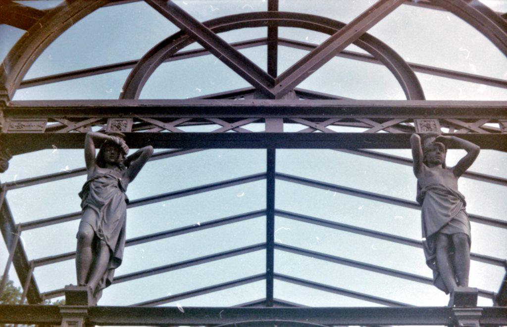 Figuren an einer Stahlträgerkonstruktion im botanischen Garten Karlsruhe - Akarette II und Fujicolor Superia 200