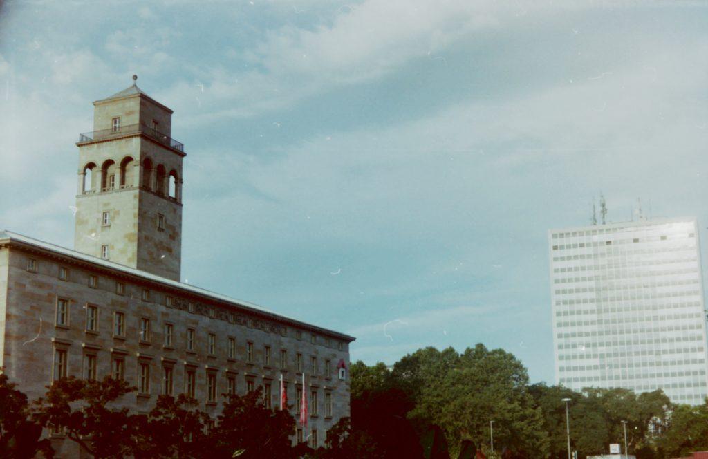 Volkswohnung und Landratsamt Karlsruhe im frühen Sonnenlicht - Akarette II und Fujicolor Superia 200