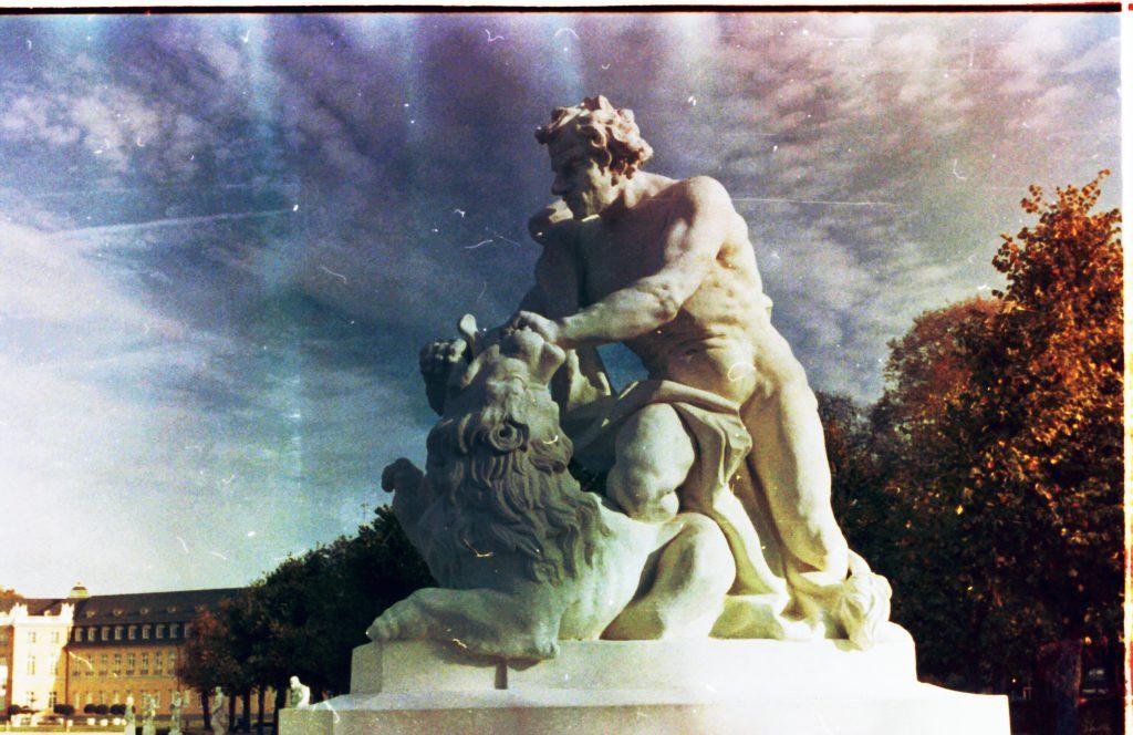 Einer der Herkulesse vor dem Schloß in Karlsruhe