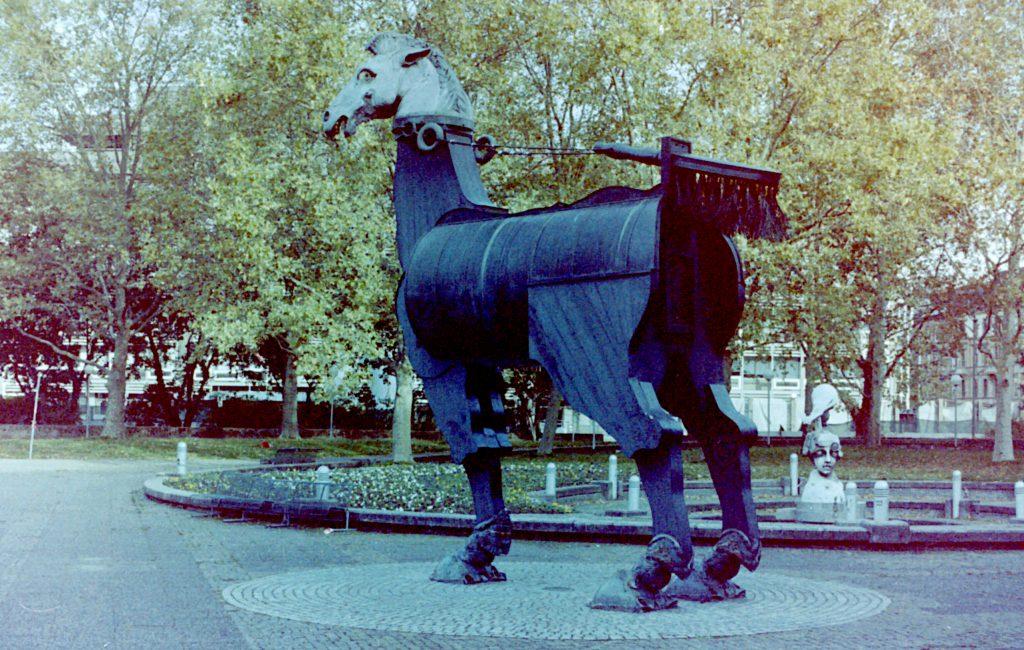 Immer wieder ein beliebtes Fotomotiv - das dreibeinige Pferd in Karlsruhe