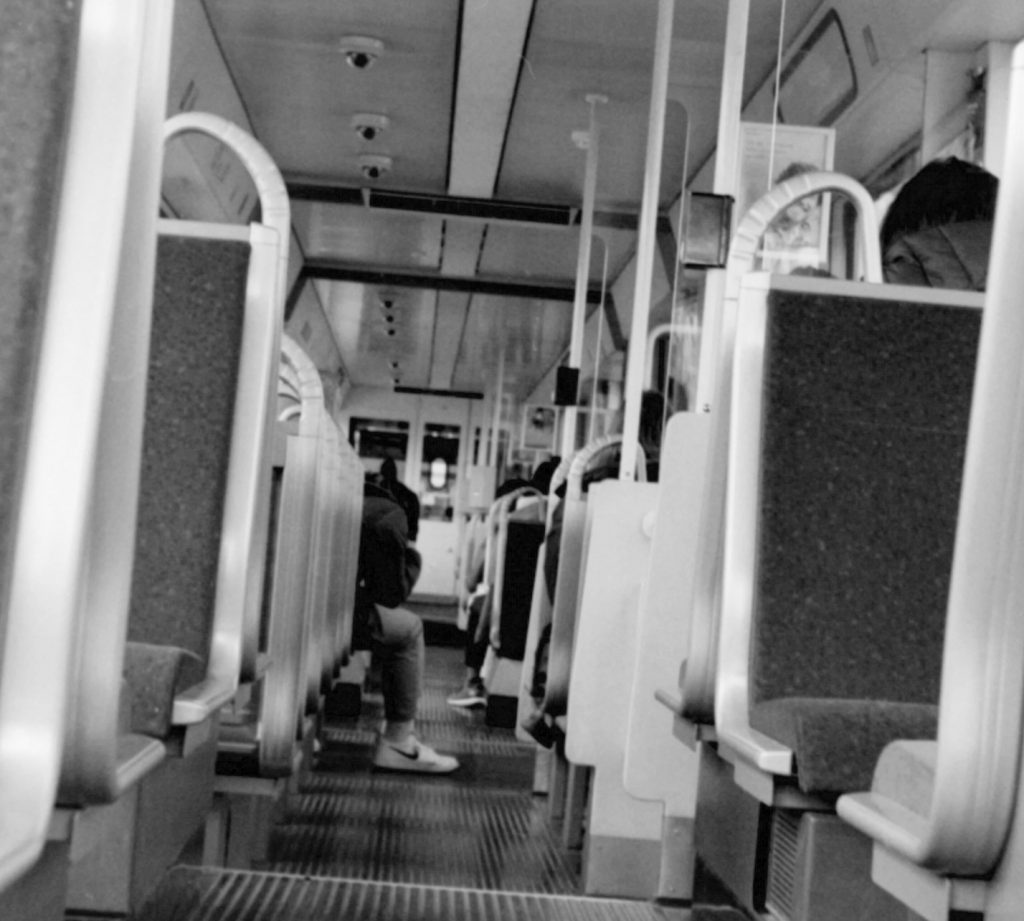In der Straßenbahn - AGFA APX 100 in Caffenol