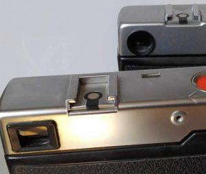 Die beiden Sucherfenster - rund und eckig - vorne rechts sieht man den Anschluss für einen Drahtauslöser
