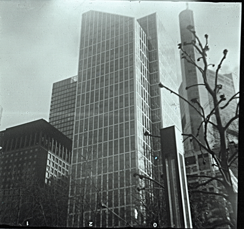 Hochhäuser - von der Taunusanlage in Frankfurt aus gesehen  Indo Sport Fex - Fomapan 100