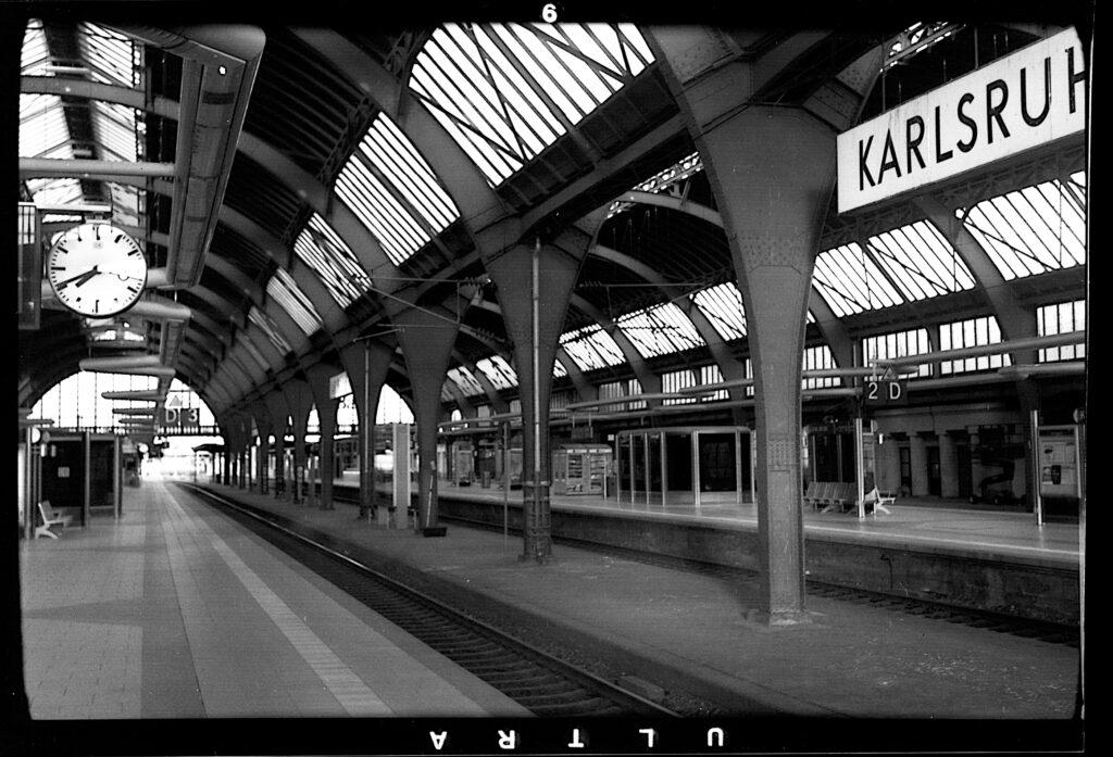 Der Bahnhof in Karlsruhe im April - wegen Corona wie ausgestorben - Agfa Billy I - Fomapan 200
